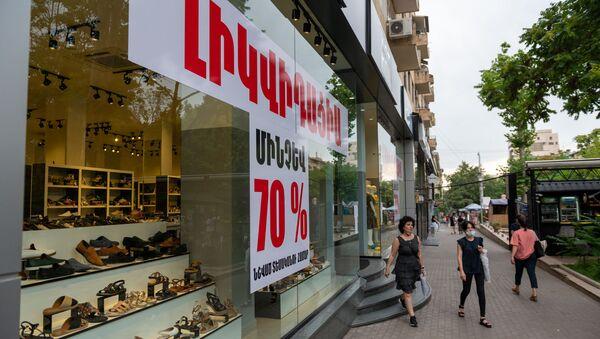 Вывески Сдается в аренду на витринах торговых точек на улице Абовяна (9 июля 2020). Еревaн - Sputnik Армения