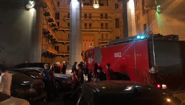 Сотрудники пожарной службы МЧС у здания оперы и балета (9 июля 2020). Еревaн - Sputnik Армения