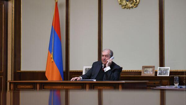 Президент Армен Саркисян во время телефонного разговора - Sputnik Армения