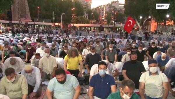 Мусульмане молятся у Собора Святой Софии после того, как суд вынес решение о его преобразовании в мечеть - Sputnik Արմենիա