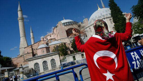 Женщина с турецким флагом у Собора Святой Софии Византийской эпохи (10 июля 2020). Стамбул - Sputnik Արմենիա