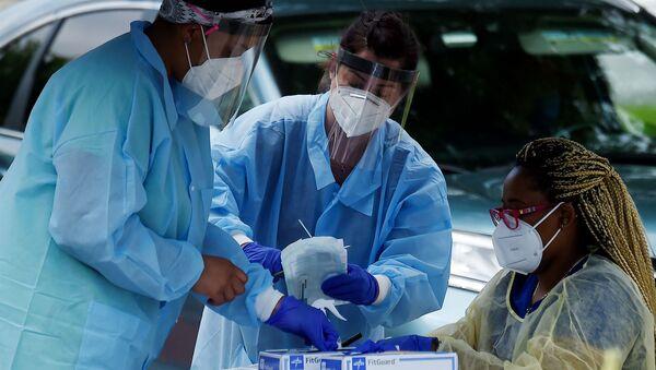 Медицинские работники раздают людям бесплатные тесты на COVID-19 в общественном центре Barcroft (26 мая 2020). Арлингтон, Вирджиния - Sputnik Արմենիա