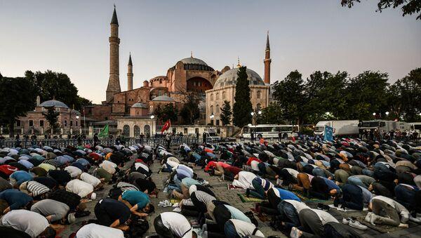 Люди молятся перед музеем Святой Софии в честь превращения его в мечеть (10 июля 2020). Стамбул - Sputnik Армения