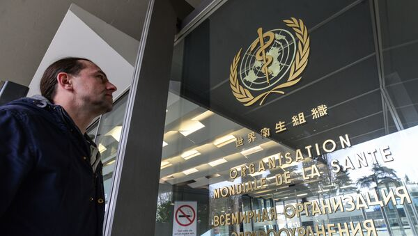 Эмблема Всемирной организации здравоохранения на входе в здание штаб-квартиры организации в Женеве - Sputnik Армения