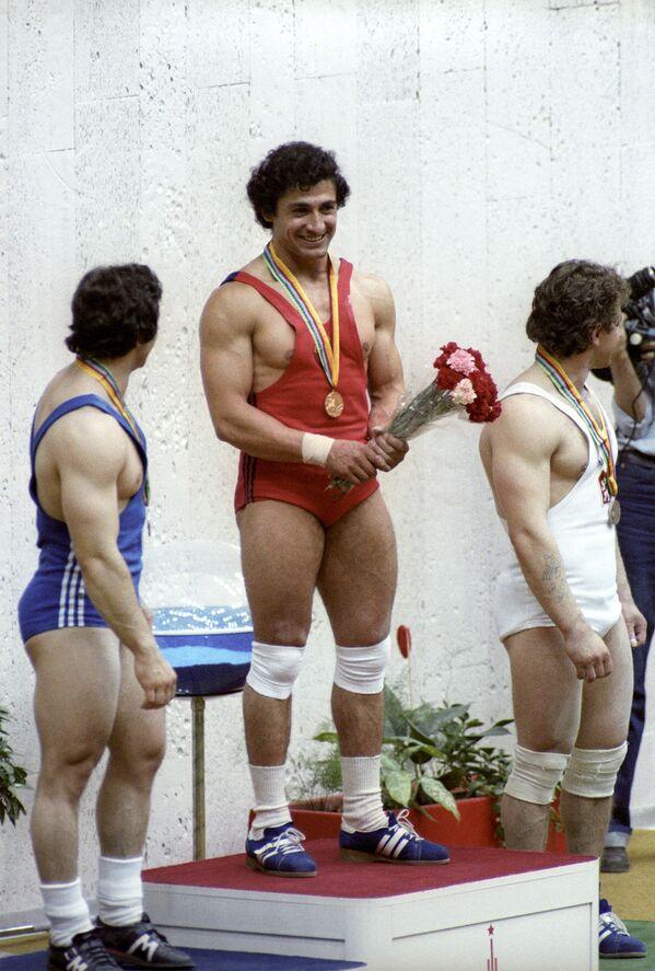 Чемпион Олимпиады 1980 года по тяжелой атлетике Юрий Варданян во время награждения (27 июля 1980). Москвa - Sputnik Армения