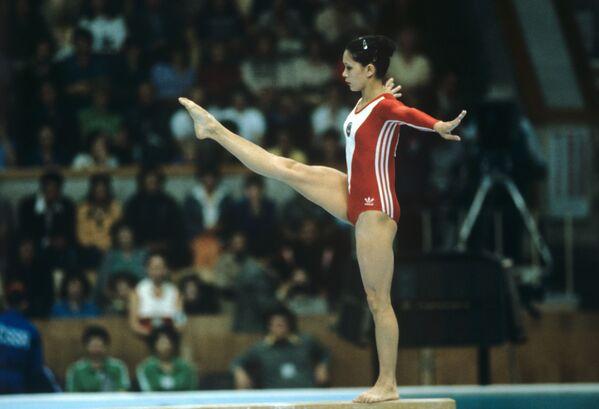 Советская гимнастка Нелли Ким во время соревнований по спортивной гимнастике на XXII Олимпийских играх (25 июля 1980). Москва - Sputnik Армения