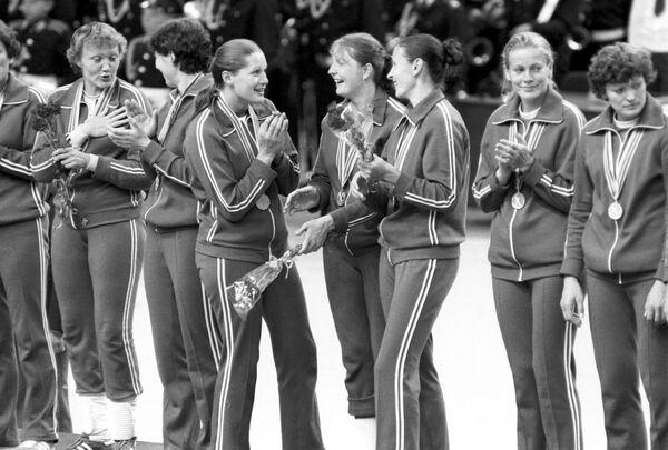 Гандболистки Алдона Нененене и Сигита Стречень из Литовской ССР завоевали золотые медали в составе сборной Советского Союза - Sputnik Армения