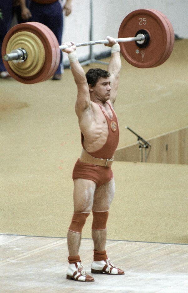 Советский штангист Виктор Мазин берёт вес на соревнованиях по тяжёлой атлетике во время проведения  XXII Олимпийских игр в Москве - Sputnik Армения