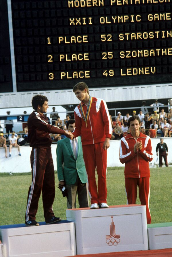 Анатолий Старостин (в центре) стал победителем в современном пятиборье на XXII летних Олимпийских играх - Sputnik Армения