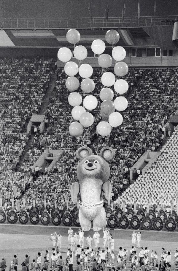 Восьмиметровый Мишка - символ московской Олимпиады на торжественной церемонии закрытия XXII летних Олимпийских игр - Sputnik Армения