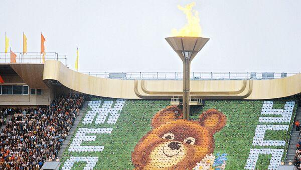 Торжественное открытие XXII Олимпийских игр в Москве 19 июля 1980 года. На трибуне - символ Олимпиады-80 - Медвежонок. - Sputnik Армения