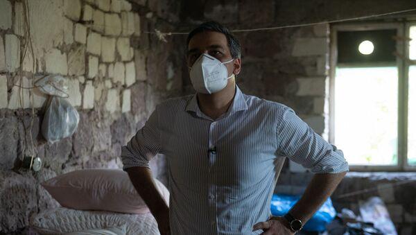 Омбудсмен Арман Татоян осматривает обстрелянный дом в селе Айгепар (15 июля 2020). Берд - Sputnik Армения