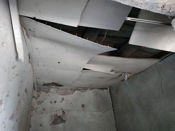 Հակառակորդի կրակոցներից տուժած Տավուշի Ներքին Կարմրաղբյուր գյուղի տներից մեկի առաստաղը - Sputnik Արմենիա