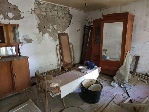 Արկը վնասել է Տավուշի Ներքին Կարմրաղբյուր գյուղի տներից մեկի հյուրասենյակը - Sputnik Արմենիա