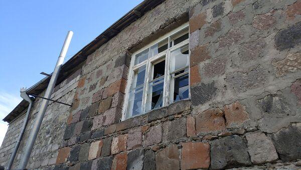 Пострадавший от обстрелов жилой дом в селе Неркин Кармирахпюр, Тавуш - Sputnik Արմենիա