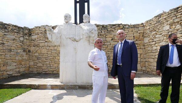 Президент Болгарии Румен Радев (справа) и основатель Двора кириллицы Карен Алексанян на фоне памятника Кириллу и Мефодию. - Sputnik Արմենիա