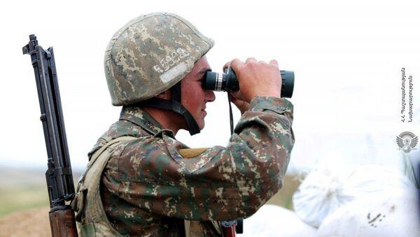 Армянский военнослужащий на боевой позиции - Sputnik Армения