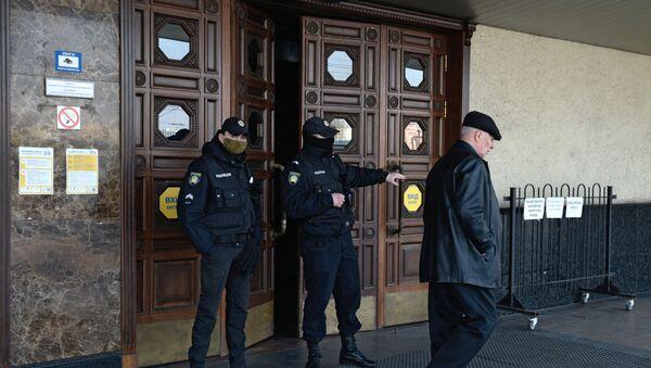 Сотрудники полиции у дверей центрального железнодорожного вокзала (18 марта 2020). Киев - Sputnik Армения