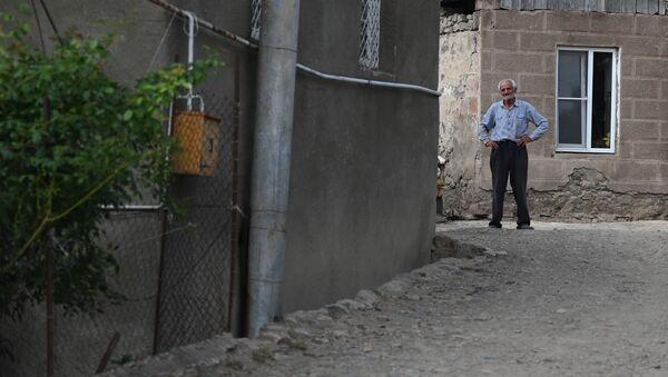 Сосед попавшего под обстрел дома в селе Чинари, Тавуш - Sputnik Արմենիա