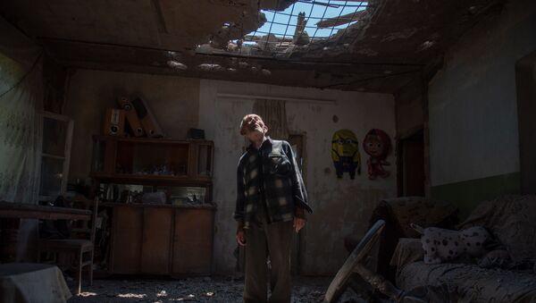 Житель села Айгепар Арам Вардазарян в своем разрушенном после обстрелов доме (18 июля 2020). Тавуш - Sputnik Արմենիա