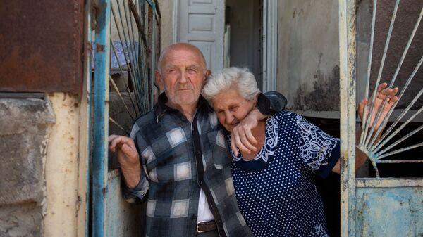 Житель села Айгепар Арам Вардазарян с женой Лидой Вардазарян в воротах своего дома (18 июля 2020). Тавуш - Sputnik Армения