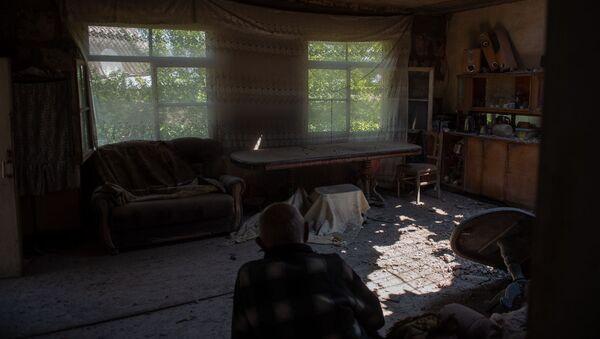Житель села Айгепар Арам Вардазарян в своем разрушенном после обстрелов доме (18 июля 2020). Тавуш - Sputnik Армения