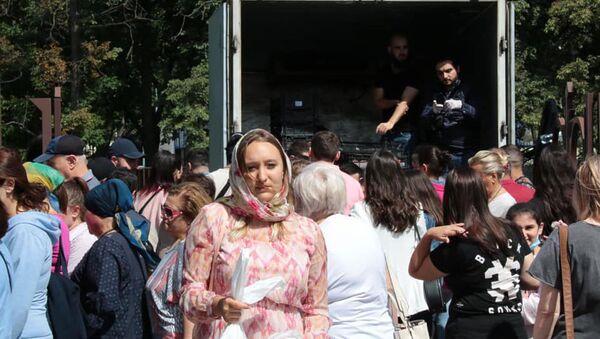 Очередь за армянскими абрикосами во дворе Армянской церкви (19 июля 2020). Москва - Sputnik Արմենիա