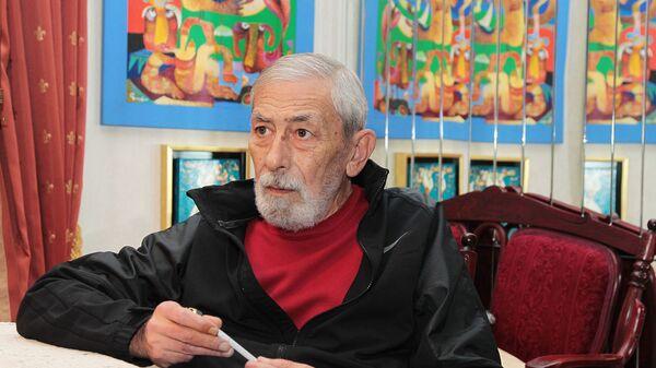 Вахтанг Кикабидзе отвечает на вопросы журналистов в своем доме (12 октября 2011). Тбилиси - Sputnik Армения