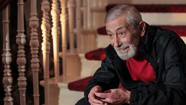 Вахтанг Кикабидзе отвечает на вопросы журналистов в своем доме (12 октября 2011). Тбилиси - Sputnik Արմենիա