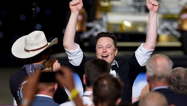 Генеральный директор SpaceX Илон Маск празднует запуск ракеты SpaceX Falcon 9 и космического корабля Crew Dragon во время миссии NASA SpaceX Demo-2 (30 мая 2020). Мыс Канаверал - Sputnik Армения