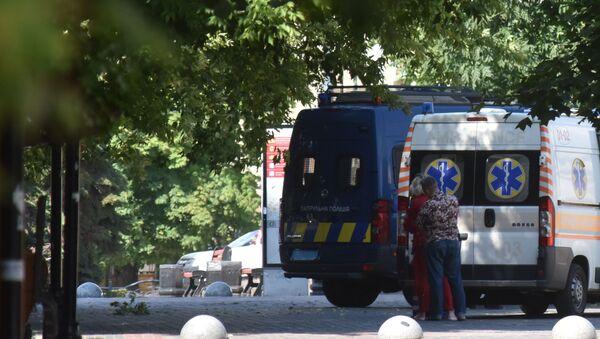 Автомобили скорой помощи на улице, где стоит автобус, захваченный мужчиной, имеющим при себе взрывчатку и оружие (21 июля 2020). Луцк - Sputnik Армения