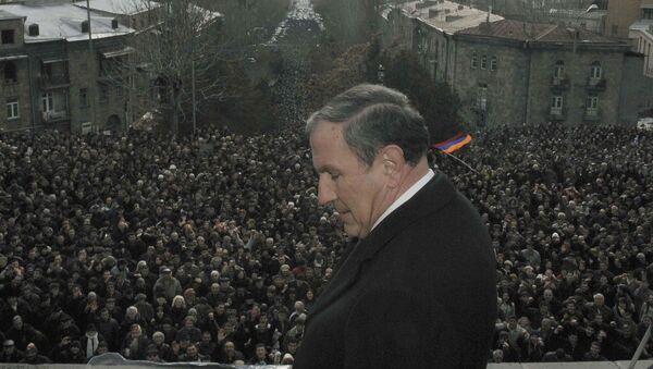 Кандидат в президенты от оппозиции Левон Тер-Петросян выступает перед сторонниками (20 февраля 2008). Еревaн - Sputnik Արմենիա