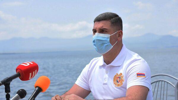 Губернатор Гегаркуникской облати Гнел Саносян во время пресс-конференции на берегу озера Севан (24 июля 2020). Гегаркуник - Sputnik Армения