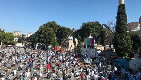 Верующие перед намазом на площади Султанахмет у собора Святой Софии (24 июля 2020). Стамбул - Sputnik Արմենիա