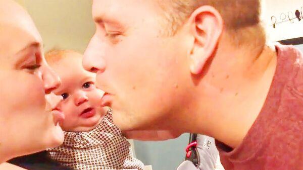 Реакция младенцев, когда папа целует маму - Sputnik Армения