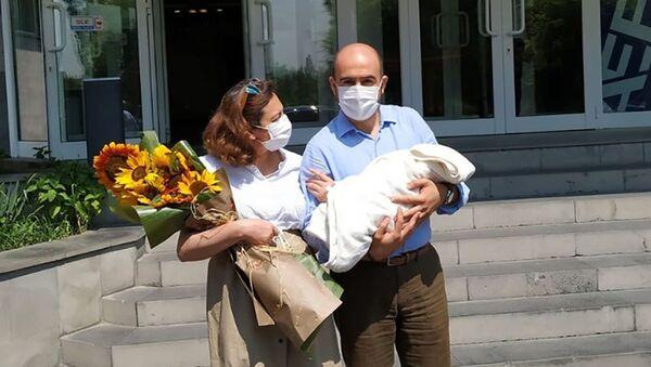 Вице-спикер НС Лена Назарян с сыном и мужем - Sputnik Արմենիա