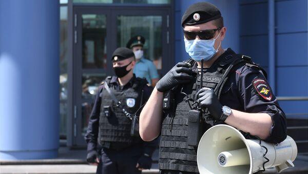 Сотрудники полиции возле здания Мещанского суда в Москве - Sputnik Արմենիա