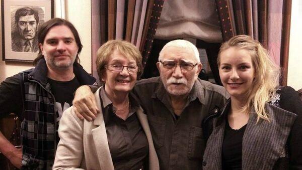 Правнучка Ивана Айвазовского, Ольга Арцеулова (вторая слева), с сыном, невесткой и Арменом Джигарханяном - Sputnik Արմենիա