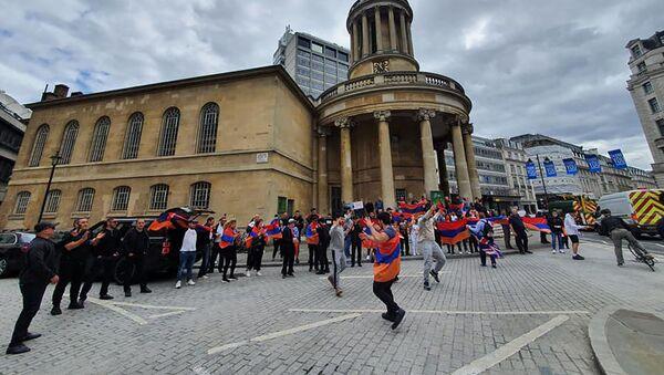 Армяне танцуют танец Ярхушта в британской столице (28 июля 2020). Лондон - Sputnik Армения