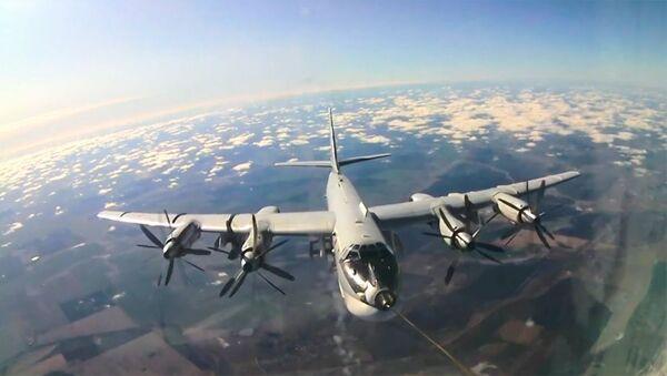 Высший пилотаж: экипажи ракетоносцев Ту-95 отработали дозаправку в воздухе - Sputnik Армения
