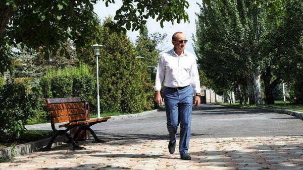 Роберт Кочарян перед началом интервью телеканалам 5-ый канал, Второй телеканал Армении и Еркир Медиа (29 июля 2020). - Sputnik Армения