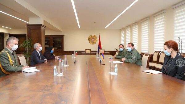 Министр обороны Армении Давид Тоноян встретился с Чрезвычайным и Полномочным послом Ирана Аббасом Бадахшан Зоури (29 июля 2020). Еревaн - Sputnik Армения
