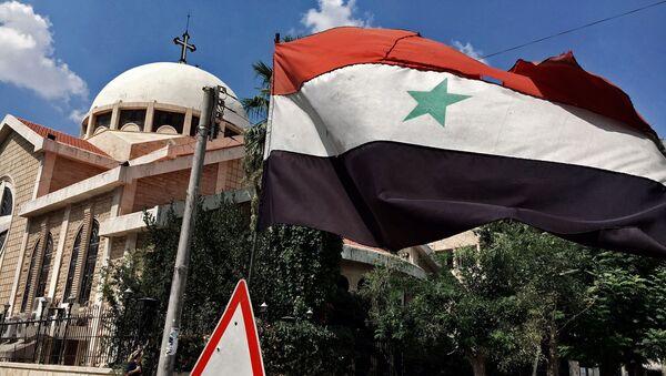Государственный флаг Сирии у православной церкви в старом христианском квартале сирийского города Алеппо (13 августа 2016). Сирия - Sputnik Армения