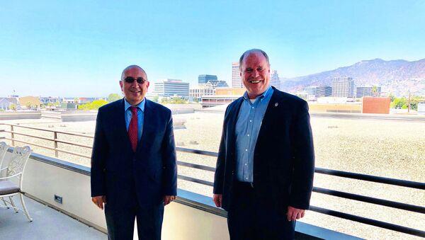 Консул Армении в Лос-Анджелесе Армен Байбуртян (слева) и глава полиции Глендейла Карл Повилайтис (29 июля 2020). Лос-Анджелес - Sputnik Армения