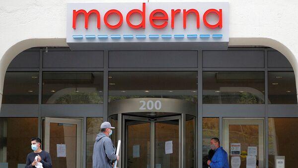 Логотип Moderna Therapeutics над штаб-квартирой, которая разрабатывает вакцину против коронавирусной болезни (18 мая 2020). Кембридж - Sputnik Армения