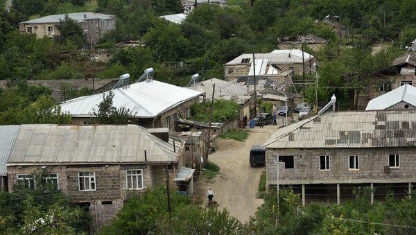 Губернатор Айк Чобанян обошел село Айгепар и ознакомился с рабочим процессом восстановления после обстрелов (1 августа 2020). Тавуш - Sputnik Արմենիա