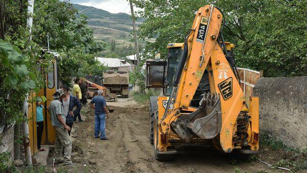 Губернатор Айк Чобанян обошел село Айгепар и ознакомился с рабочим процессом восстановления после обстрелов (1 августа 2020). Тавуш - Sputnik Армения