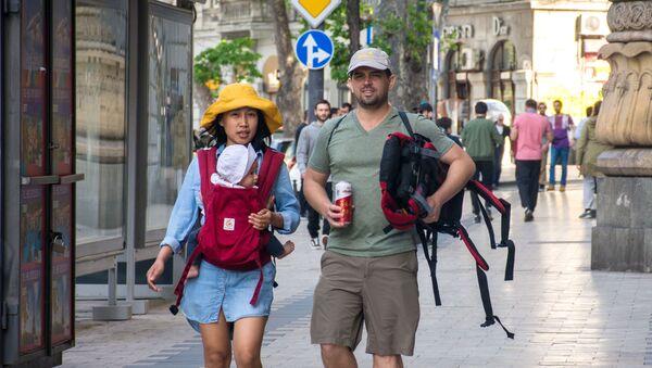Туристы на улице Тбилиси - Sputnik Армения