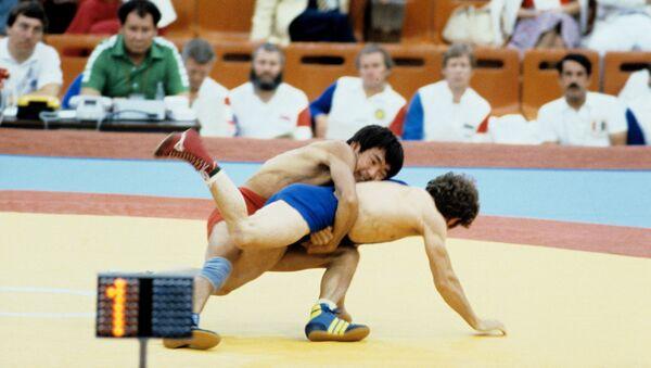 Олимпийский чемпион 1980 года, советский спортсмен Жаксылык Ушкемпиров (сверху) и болгарский спортсмен Павел Кристов во время финального поединка XXII летних Олимпийских игр (24 июля 1980). Москвa - Sputnik Армения
