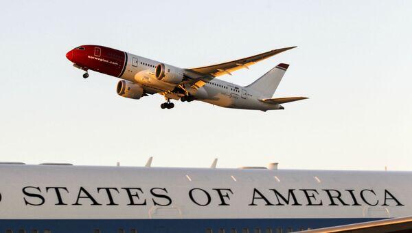 Самолет в воздухе международного аэропорта в Лос-Анджелесе (10 октября 2015). Калифорния - Sputnik Армения